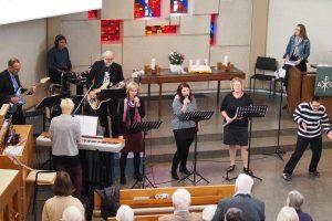 Die EM Band begleitet die Gemeinde in der Lobpreiszeit