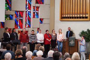 Laiendelegierte Monika Kümmerer grüßt die neuen Kirchenglieder
