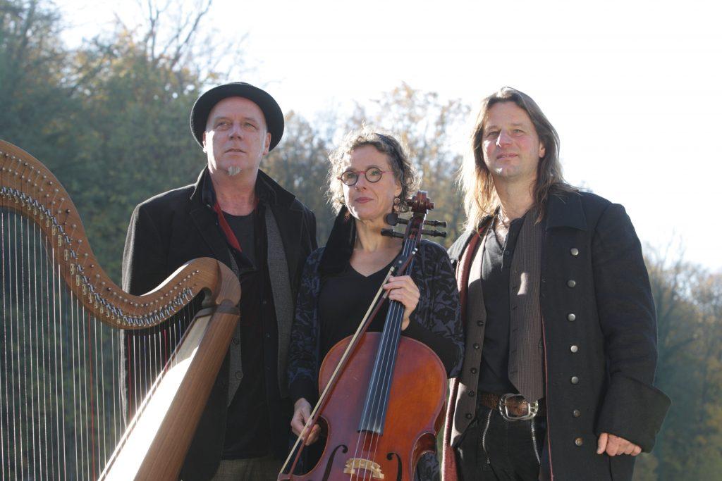 Foto des Andy Lang Trio mit Harfe und Cello vor einer Baumallee